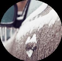 Winter klaar maken rond de auto